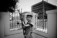 TRIPOLI. UN RIBELLE IMPUGNA IL SUO FUCILE AK-47 DURANTE UN TURNO DI GUARDIA ALL'ESTERNO DI UNA MOSCHEA DI TRIPOLI NEL GIORNO DELLA PREGHIERA;