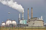 Nederland, Rotterdam, 12-5-2017 Raffinaderij en opslagtanks van Koninklijke Shell , olieverwerkende industrie, een terrein met opslagtanks en raffinage voor olie. Rotterdam is in Europa de grootste importhaven en een van de grootste ter wereld voor overslag en raffinage van ruwe olie. De aangevoerde olie wordt voor ongeveer de helft gebruikt door raffinaderijen van Shell, BP, Esso, Exxon Mobil, Kuwait Petroleum, en Koch. De rest wordt per pijpleiding naar Vlissingen, Belgie en Duitsland overgeslagen. Foto: Flip Franssen