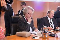 23 JAN 2013, BERLIN/GERMANY:<br /> Annette Schavan, CDU, Bundesforschungsministerin, liest in Ihren Unterlagen, vor Beginn der Kabinettsitzung, Bundeskanzleramt<br /> IMAGE: 20130123-01-018<br /> KEYWORDS: Kabinett, Sitzung, lesen, Akten