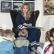 NLD/Baarn/20171010 - Laurentien aanwezig bij Dag van de Duurzaamheid, Helga van Leur leest voor