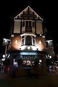 CAMDEN EYE BAR,.2, Kentish Town Road, London, NW1 9NX.Tube: Camden Town (Northen line).Tel: 0044(0)2072672622.Web: www.thecamdeneye.com.E-mail: info@thecamdeneye.co.uk.EVENTI: Il calendario di questo pub e' vasto e va da LIFE MUSIC, bands che promuovono un nuovo singolo o il prossimo tour, a POESIA, MOSTRE D'ARTE ecc. In piu', un appuntamento da non perdere e' la serata dedicata al disegno del nudo (LIFEDRAWING NIGHT) che si tiene ogni martedi' sera - fino al 10 gennaio- e  dopodiche' mercoledi dalle 18.30. Prezzo £ 10-12. Per maggiori info:www.lifedrawingsociety.co.uk
