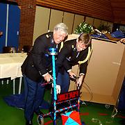 Politieman Dirk van Veen neemt afscheid van het korps Huizen, krijgt een rollator
