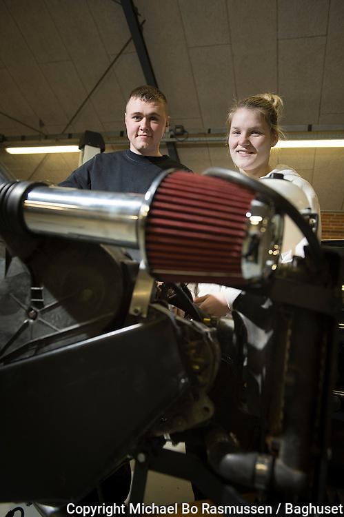 Erhvervsskolerne Aars. Rasmus Nielsen og Simone Ejsing-Duun, Autoværksted. Foto: © Michael Bo Rasmussen / Baghuset. Dato: 19.12.12