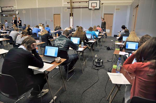 Nederland, Ubbergen, 15-5-2012Eindexamen Nederlands HAVO. Leerlingen, kandidaten, in de gymzaal waar het centraal schriftelijk examen, cse, wordt afgenomen. Leerlingen met dyslexie, leesblindheid, mogen het examen met een computer, laptop, maken.Foto: Flip Franssen/Hollandse Hoogte