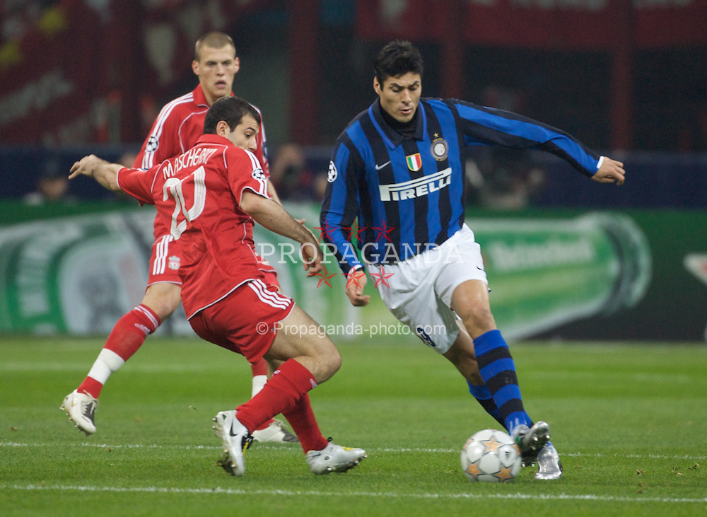 MILAN, ITALY - Tuesday, March 10, 2008: Liverpool's Javier Mascherano and FC Internazionale Milano's Julio Cruz during the UEFA Champions League First knockout Round 2nd Leg match at the San Siro. (Pic by Carlo Baroncini/Propaganda)
