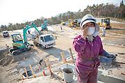 Noeko Akatska, 67, arbetar vid ett stort område för en tillfällig lagring av radioaktiv jord i byn Shidamyo. Fukushima Prefektur, Japan