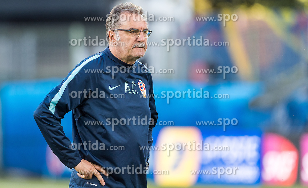 24.06.2016, Lens, FRA, UEFA Euro 2016, Team Kroatien, Training, im Bild Coach Ante Cacic (CRO) // Coach Ante Cacic (CRO) during Training of Team Croatia of the UEFA EURO 2016 France. Lens, France on 2016/06/24. EXPA Pictures © 2016, PhotoCredit: EXPA/ JFK