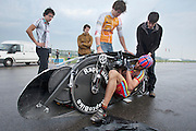 Wil Baselmans stapt in de Velox. HPT Delft, een team van studenten van de TU Delft en de VU Amsterdam, trainen op de baan van de RDW voor de recordpoging ligfietsen.<br />
