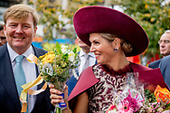 24-10-2017 - AMERSFOORT - Koning Willem-Alexander en Koningin Maxima Wandeling langs het publiek vanaf De Koppelpoort langs de Eem naar Het Eemhuis.  .  Streekbezoek van Koning Willem-Alexander en Koningin Maxima aan Eemland, Provincie Utrecht, dinsdag 24 oktober 2017 Copyright Robin Utrecht  <br /> <br /> 24-10-2017 - AMERSFOORT - King Willem-Alexander and Queen Maxima Walk along the public from De Koppelpoort along the Eem to Het Eemhuis. . Regional visit of King Willem-Alexander and Queen Maxima to Eemland, Province of Utrecht, Tuesday, October 24, 2017 Copyright Robin Utrecht