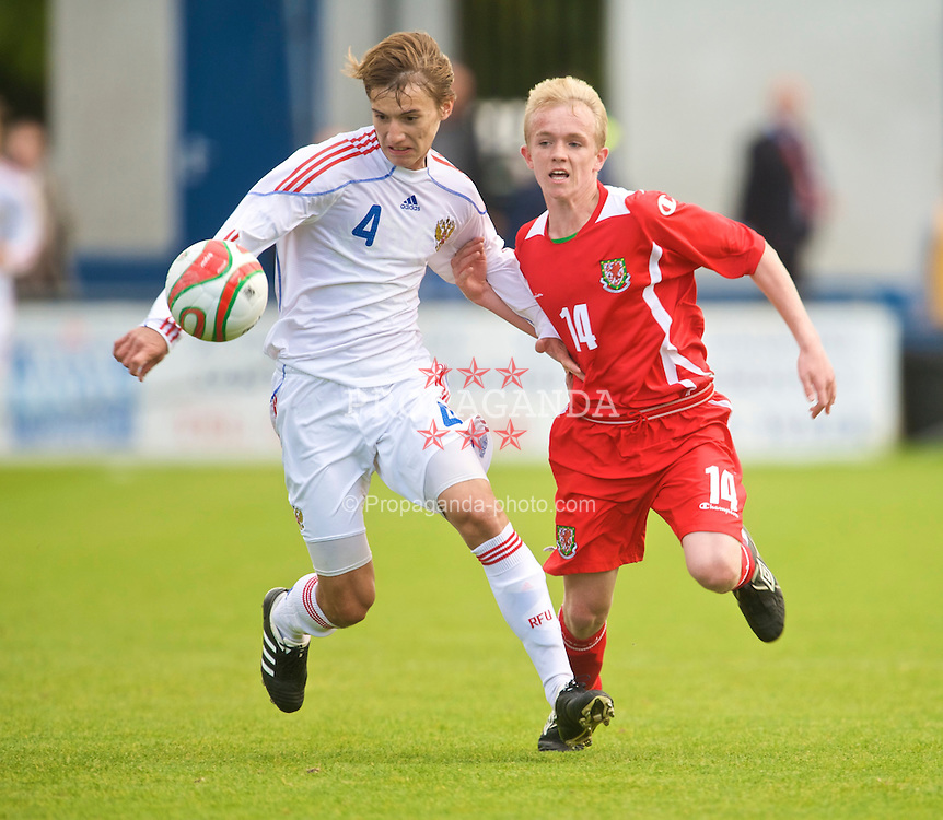 HAVERFORDWEST, WALES - Saturday, October 3, 2009: Wales' Emyr Huws in action against Russia's Veniamin Mednikov during the UEFA Under-17 Championship Qualifying Round Group 12 match at Bridge Meadow Stadium (Pic by David Rawcliffe/Propaganda)