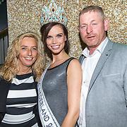 NLD/Hilversum/20171009 - Finale Miss Nederland 2017, Nicky Opheij met haar ouders