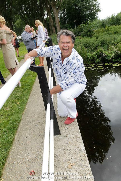 NLD/Amsterdam/20120822 - Perspresentatie SBS Sterren Springen, Emile Ratelband hangend aan een brugleuning