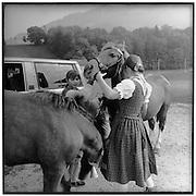 Young girls with horses; filles en costumes traditionelles avec chevaux; Mädchen mit Pferden; Alpabzug