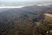 Nederland, Utrecht, Rhenen, 11-02-2008; kale winterse bomen in het bos op de Grebbeberg, gezien naar de Neder-Rijn, met de brug tussen Rhenen en Ochten, erebegraafplaats rechstsonder: het Militair ereveld Grebbeberg; op deze militaire begraafplaats zijn 380 Nederlandse militairen begraven, gesneuveld in de meidagen van 1940 in de strijd om de Grebbelinie; sneuvelen, mei 1940, tweede wereldoorlog, WO II, erebegraafplaats, oorlogsbegraafplaats, oorlogsmonument, gedenkteken, strijklicht, bosbouw, boom, verzuring, milieu, zure regen..luchtfoto (toeslag); aerial photo (additional fee required); .foto Siebe Swart / photo Siebe Swart