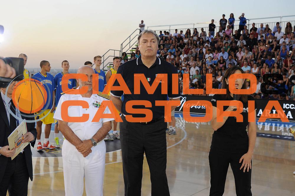 DESCRIZIONE : Taranto Basket On Board sulla portaerei Cavour  Nazionale Italia Under 18 Maschile Svezia <br /> GIOCATORE : Dino Meneghin<br /> CATEGORIA : curiosita pre game  <br /> SQUADRA : Nazionale Italia Under 18<br /> EVENTO :  Basket On Board sulla portaerei Cavour<br /> GARA : Nazionale Italia Under 18 Maschile Svezia <br /> DATA : 12/07/2012 <br />  SPORT : Pallacanestro<br />  AUTORE : Agenzia Ciamillo-Castoria/GiulioCiamillo<br />  Galleria : FIP Nazionali 2012<br />  Fotonotizia : Taranto Basket On Board sulla portaerei Cavour  Nazionale Italia Under 18 Maschile Svezia <br />  Predefinita :