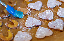 THEMENBILD - bestreichen von Lebkuchen Kekse mit Eigelb, aufgenommen am 03. Dezember 2017, Kaprun, Österreich // Spread gingerbread cookies with egg yolk on 2017/12/03, Kaprun, Austria. EXPA Pictures © 2017, PhotoCredit: EXPA/ JFK