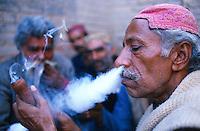 Pakistan. La fete des soufis. Province du Sind et du Balouchistan. Pelerinage soufi de Lahoot. Un pelerin fume son shilum de hashish. // Pakistan, Sind, sufi pilgrimage of Lahoot, man smoking hashish. // Pakistan, Sind, sufi pilgrimage of Lahoot