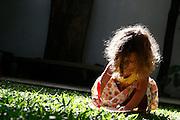 Belo Horizonte_MG, Brasil...Garota desenhando em uma grama...A girl drawing on the grass...Foto: LEO DRUMOND / NITRO