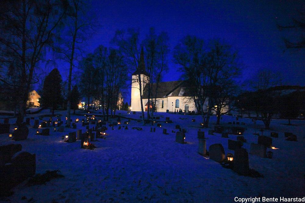 Selbu kirke. Julaften, og mange har tent lys på kirkegården.