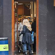 NLD/Amsterdam/20100225 - Patricia Paay en zus Yvonne Keeley doen boodschappen bij AH Amsterdam