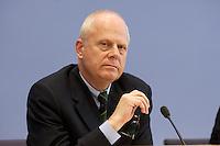 """13 MAY 2004, BERLIN/GERMANY:<br /> Prof. Meinhard Miegel, Buergerkonvent und Leiter des Instituts fuer Wirtschaft und Gesellschaft Bonn e.V., IWG Bonn, packt seine Aktentasche aus, vor Beginn der Pressekonferenz """"Fuer ein besseres Deutschland"""" - eine Aktionsgemeinschaft von 10 Reforminitiativen mit Forderungen an die Politik, Bundespressekonferenz<br /> IMAGE: 20040513-01-016<br /> KEYWORDS: Bürgerkonvent"""