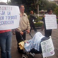 Toluca, Mex.- Luis Zamora Calzada, secretario general del Sindicato Unificado de Maestros y Academicos del Estado de México (SUMAEM), encabeza la manifestación junto con otros maestros dicidentes, fuera de la Cámara de Diputados donde comparece la secretaria de Educación Guadalupe Monter Flores, dentro de la Glosa del 3er. Informe de Gobierno. Agencia MVT / Luis Enrique Hernandez V. (DIGITAL)<br /> <br /> <br /> <br /> NO ARCHIVAR - NO ARCHIVE