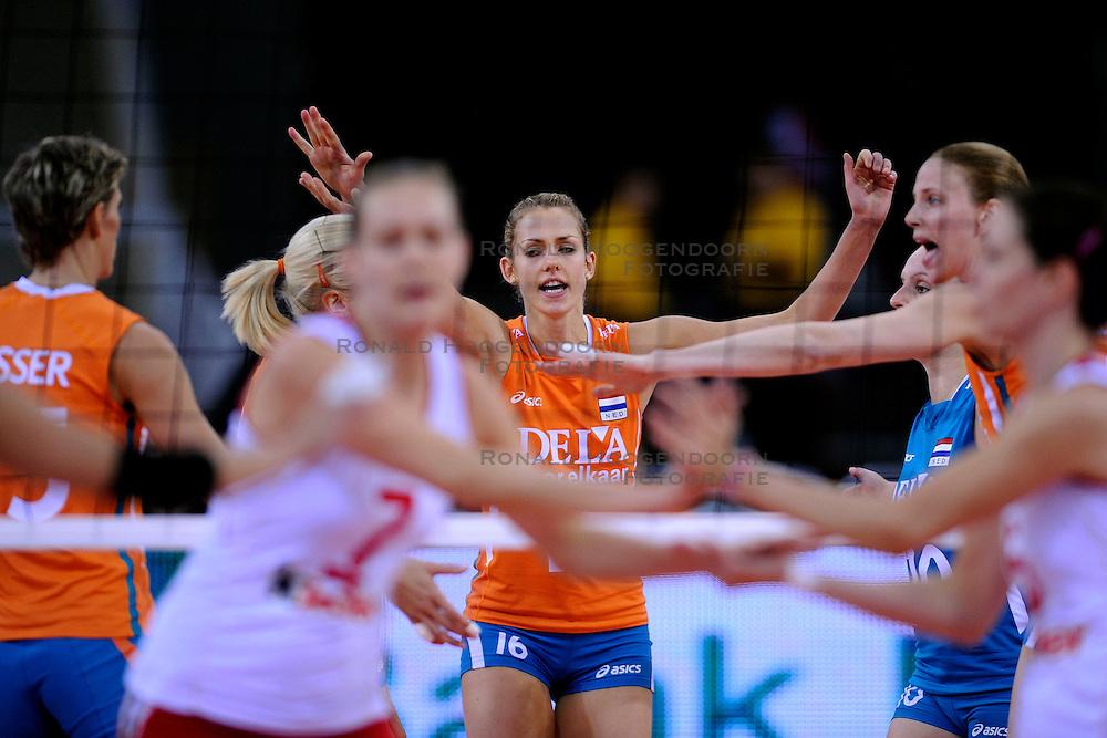 26-09-2009 VOLLEYBAL: EUROPEES KAMPIOENSCHAP SPANJE - NEDERLAND: LODZ<br /> Nederland verslaat ook Spanje met 3-0 / Ingrid Visser, Debby Stam en Chaine Staelens<br /> &copy;2009-WWW.FOTOHOOGENDOORN.NL
