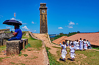 Sri Lanka, province du sud, district de Galle, Galle, Vieille ville classée patrimoine mondial de l'UNESCO, les ecoliers marchant sur les remparts du fort, Clock Tower // Sri Lanka, Southern Province, South Coast beach, Galle, old town, Dutch fort, UNESCO World Heritage site, Clock Tower and school girls on the rampart