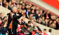 Photo: Alan Crowhurst.<br />Charlton Athletic v Aston Villa. The Barclays Premiership. 30/12/2006. Charlton boss Alan Pardew gives instructions.