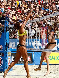 06.08.2011, Klagenfurt, Strandbad, AUT, Beachvolleyball World Tour Grand Slam 2011, im Bild Chen Xue (CHN) und Kerri Walsh (USA), EXPA Pictures © 2011, PhotoCredit EXPA Erwin Scheriau