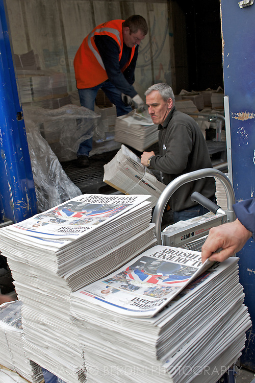 Copy left on the pavement are continuously picked by passers-by. Only at Victoria station there will be four thousands copies of the paper distributed for free.