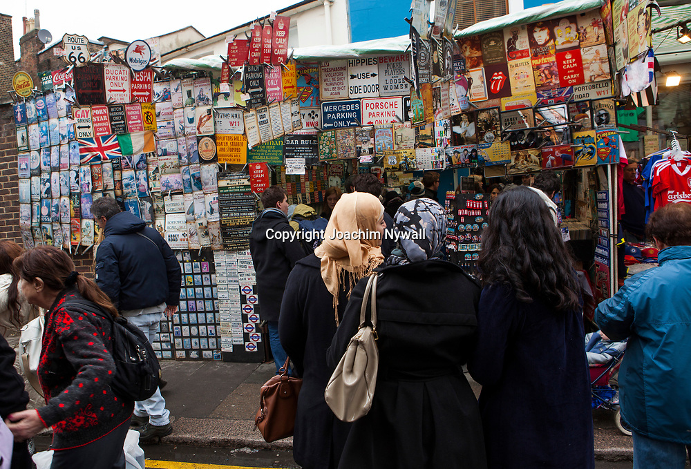 London 2011 Portobello  market  Notting Hill  marknaden som s&auml;ljer allt, antikviteter, blommor, leksaker, kl&auml;der och mat etc<br /> filmen Notting Hill med Hugh Grant och Julia Roberts <br /> <br /> <br /> FOTO : JOACHIM NYWALL KOD 0708840825_1<br /> COPYRIGHT JOACHIM NYWALL<br /> <br /> ***BETALBILD***<br /> Redovisas till <br /> NYWALL MEDIA AB<br /> Strandgatan 30<br /> 461 31 Trollh&auml;ttan<br /> Prislista enl BLF , om inget annat avtalas.