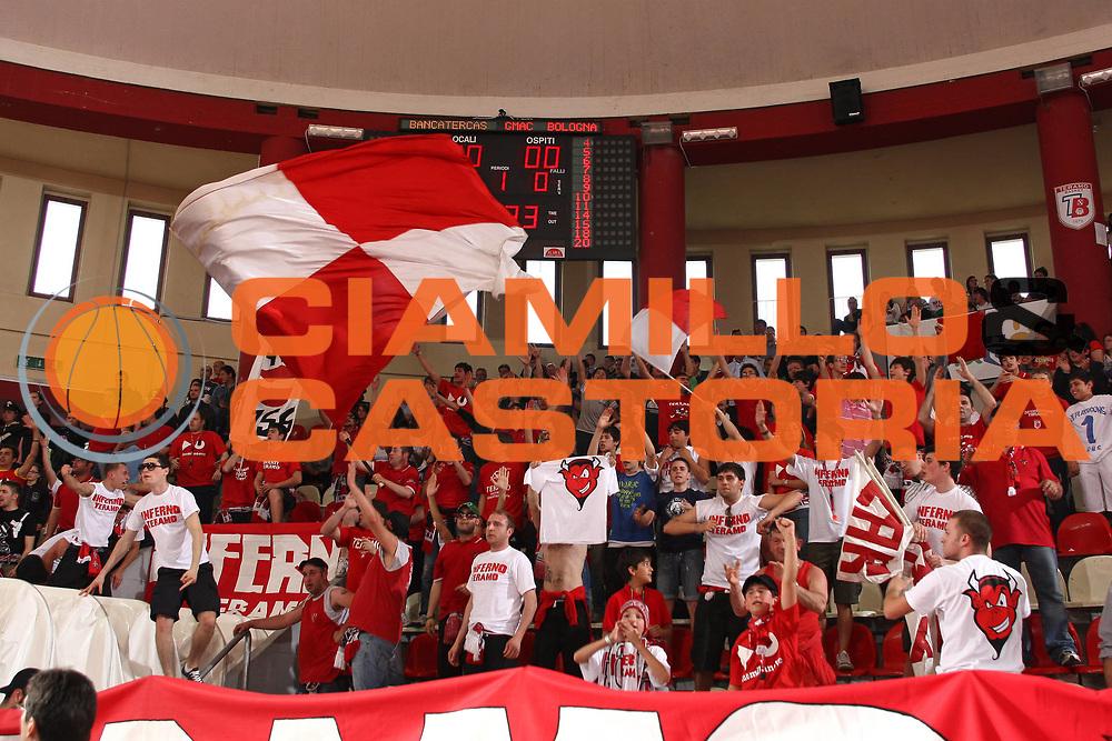 DESCRIZIONE : Teramo Lega A 2008-09 Bancatercas Teramo GMAC Fortitudo Bologna <br /> GIOCATORE : Supporter tifosi<br /> SQUADRA : Bancatercas Teramo <br /> EVENTO : Campionato Lega A 2008-2009<br /> GARA : Bancatercas Teramo GMAC Fortitudo Bologna<br /> DATA : 10/05/2009<br /> CATEGORIA : Supporter tifosi<br /> SPORT : Pallacanestro<br /> AUTORE : Agenzia Ciamillo-Castoria/C.De Massis<br /> Galleria : Lega Basket A1 2008-2009<br /> Fotonotizia : Teramo Campionato Italiano Lega A 2008-2009 Bancatercas Teramo GMAC Fortitudo Bologna<br /> Predefinita :