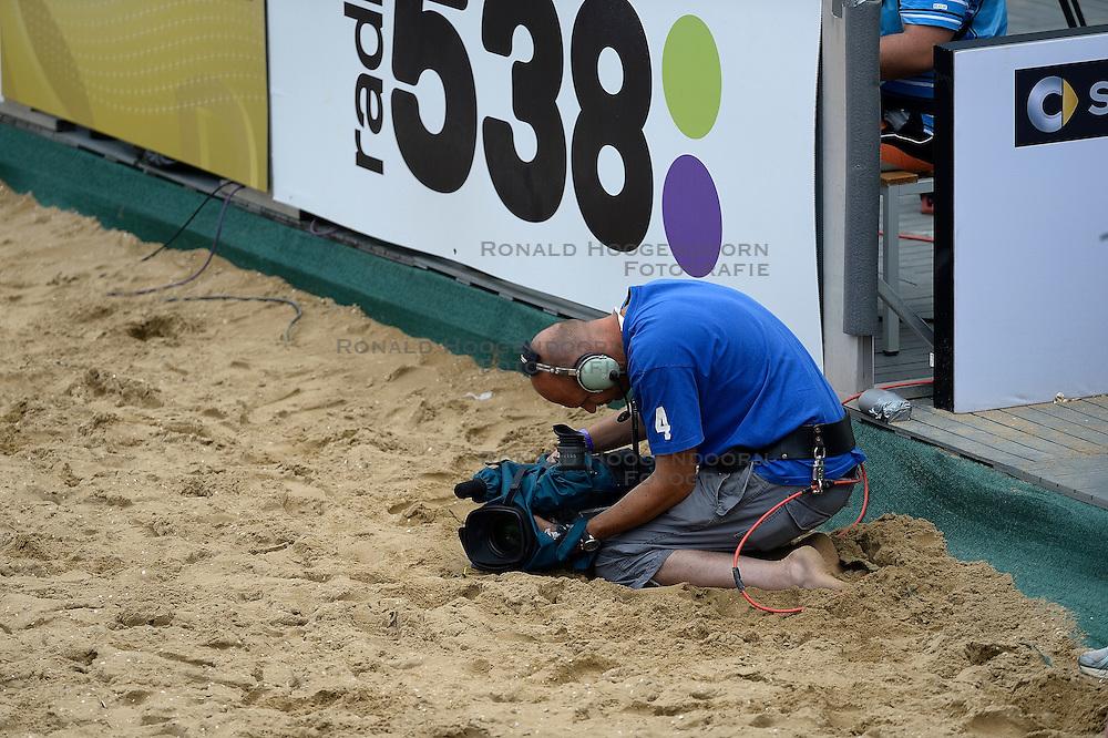 20-07-2014 NED: FIVB Grand Slam Beach Volleybal, Scheveningen<br /> Gold medal match / Cameraman, pers Media NOS