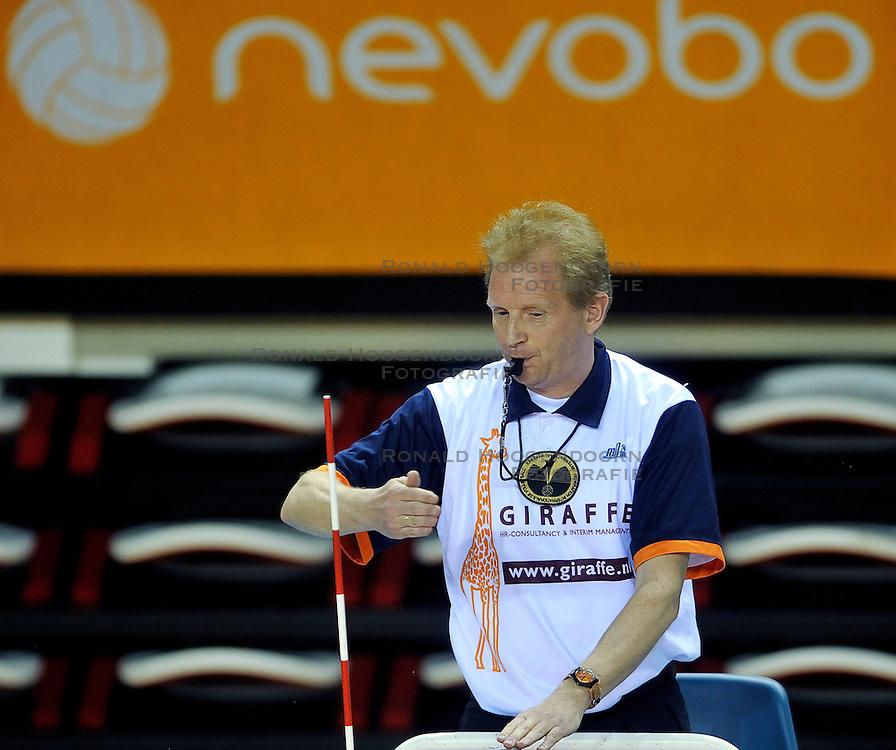 10-04-2011 VOLLEYBAL: BEKERFINALE VC WEERT - VC SNEEK: ALMERE<br /> Scheidsrechter Nederhoed<br /> &copy;2011 Ronald Hoogendoorn Photography