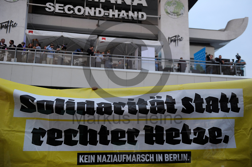 Deutschland, Berlin - 24.09.2017<br /> <br /> Demonstranten vor dem Club. Mehr als 1000 Menschen demonstrieren vor einem Club in Berlin in dem die AfD ihre Wahlparty veranstaltet.<br /> <br /> Germany, Berlin - 24.09.2017<br /> <br /> Demonstrators in front of the club. More than 1000 people demonstrate in front of a club in Berlin, where the AfD is organizing its election party.<br /> <br />  Foto: Markus Heine<br /> <br /> ------------------------------<br /> <br /> Ver&ouml;ffentlichung nur mit Fotografennennung, sowie gegen Honorar und Belegexemplar.<br /> <br /> Bankverbindung:<br /> IBAN: DE65660908000004437497<br /> BIC CODE: GENODE61BBB<br /> Badische Beamten Bank Karlsruhe<br /> <br /> USt-IdNr: DE291853306<br /> <br /> Please note:<br /> All rights reserved! Don't publish without copyright!<br /> <br /> Stand: 09.2017<br /> <br /> ------------------------------