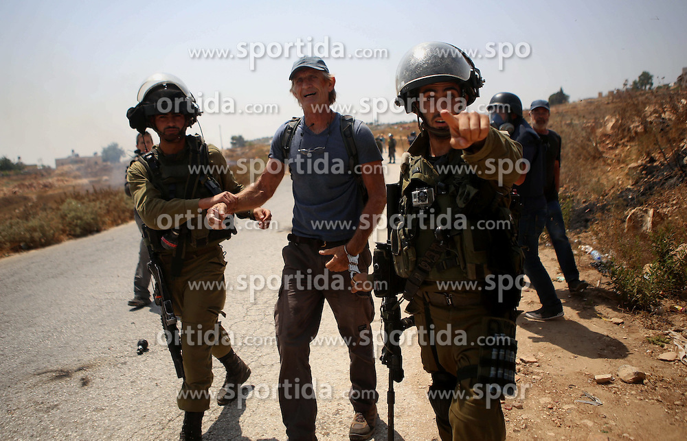 07.08.2015, Ramallah, PSE, Nahostkonflikt zwischen Israel und Pal&auml;stina, im Bild Israelische Sicherheitskr&auml;fte // Israeli security forces detain a foreign activist during clashes following a protest against Jewish settlements and the expropriation of Palestinian land, Palestine on 2015/08/07. EXPA Pictures &copy; 2015, PhotoCredit: EXPA/ APAimages/ Shadi Hatem<br /> <br /> *****ATTENTION - for AUT, GER, SUI, ITA, POL, CRO, SRB only*****