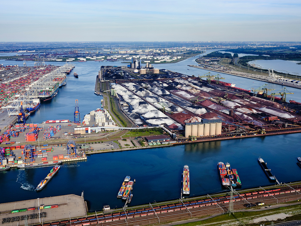 Nederland, Zuid-Holland, Rotterdam, 14-09-2019; Tweede Maasvlakte (MV2),  Hartelhaven (voorgrond), Amazonehaven, met ECT Delta Terminal (containers) en Mississippihaven met EMO (overslag droge bulk, zoals erts en kolen). Aan de Europaweg emplacement Maasvlakte van ProRail.<br /> Second Maasvlakte (MV2), Maasvlakte Plaza. Amazonehaven, with ECT Delta Terminal (containers) and Mississippihaven with EMO (transshipment of dry bulk, such as ore and coal). On the Maasvlakte Europaweg yard of ProRail.<br /> <br /> luchtfoto (toeslag op standard tarieven);<br /> aerial photo (additional fee required);<br /> copyright foto/photo Siebe Swart