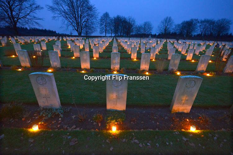 Nederland, Groesbeek, 24-12-2016Kaarsjes zijn op kerstavond geplaatst door kinderen bij de graven van canadese militairen die op het oorlogskerkhof liggen. Er liggen hier 2600 gesneuvelde soldaten uit Canada die tijdens de tweede wereldoorlog hier in de regio gesneuveld zijn.Foto: Flip Franssen