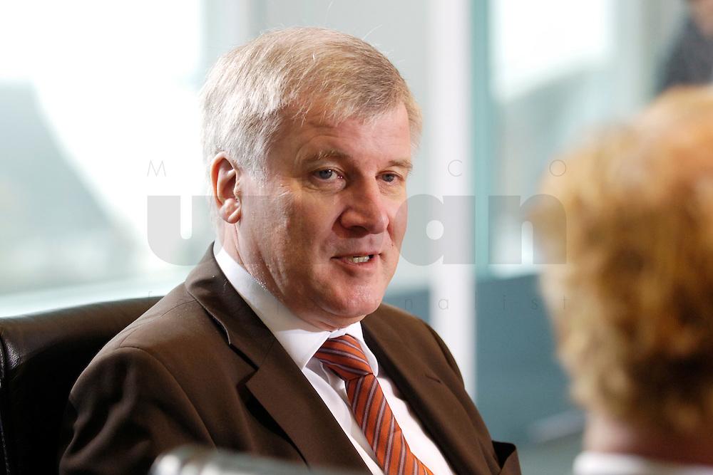 08 FEB 2006, BERLIN/GERMANY:<br /> Horst Seehofer, CSU, Bundeslandwirtschaftsminister, vor Beginn der Kabinettsitzung, Bundeskanzleramt<br /> IMAGE: 20060208-01-001<br /> KEYWORDS: Sitzung, Kabinett