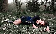 Retrato de mujer joven en un bosque, tumbada en el suelo. Sesión en Viña del Mar, Chile.