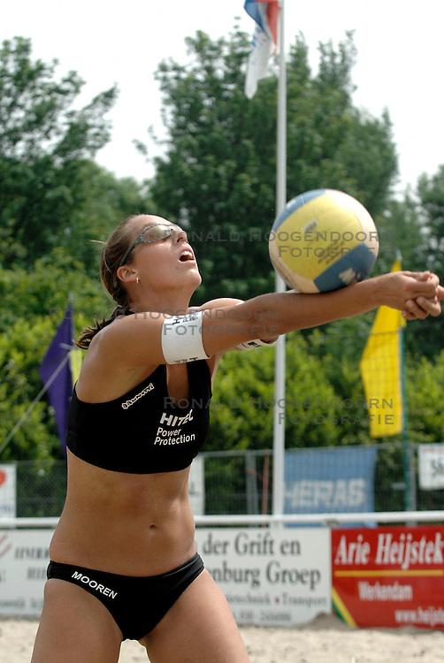 01-06-2006 VOLLEYBAL: TRAINING DAMES BEACHVOLLEYBAL TEAMS: WERKENDAM <br /> Trainingsessie op de CoppaKadijk in Werkendam / Merel Mooren<br /> &copy;2006-WWW.FOTOHOOGENDOORN.NL
