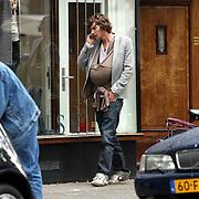 NLD/Amsterdam/20070831 - Michiel huisman en dochter Hazel buiten bellend in Amsterdam