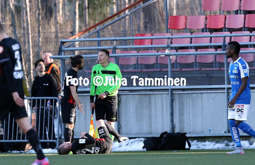 2.4.2016, Myyrm&auml;en jalkapallostadion, Vantaa.<br /> Veikkausliiga 2016.<br /> Pallokerho-35 Vantaa - Rovaniemen Palloseura.<br /> Lucas Kaufmann (PK-35) valittaa avustava erotuomari Jan-Peter Aravirralle Lucas Garcian kohtelusta.