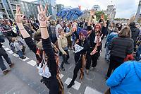 10 OCT 2019, BERLIN/GERMANY:<br /> Extinction Rebellion (XR), eine globale Umweltbewegung protestiert mit der Blockade von Verkehrsknotenpunkten fuer eine Kehrtwende in der Klimapolitik, im Hintergrund die Kuppel des Reichstagsgebaeudes, Marschallbruecke<br /> IMAGE: 20191010-01-011<br /> KEYWORDS: Demonstration, Demo, Demonstranten, Klima, Klimawandel, climate change, protest, Marschallbrücke