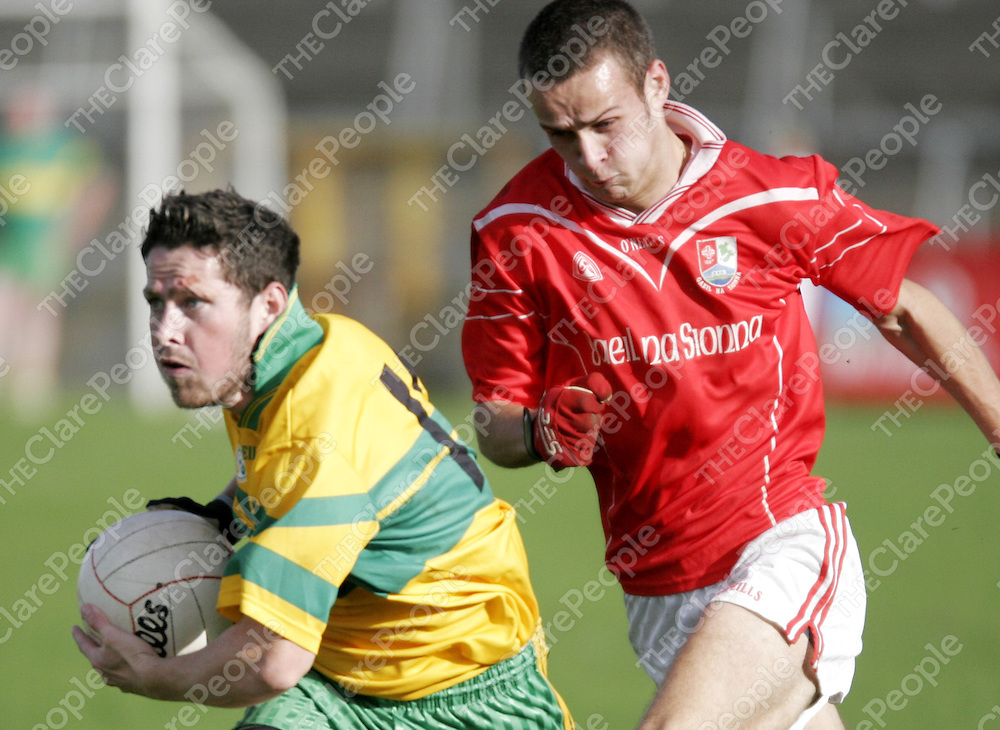 O'Curry's Paul Roche manages to stay a step ahead of Shannon Gaels Padraig Neylon during the senior B county football final in Cusack Park on Sunday.<br /> <br /> Photograph by Yvonne Vaughan.
