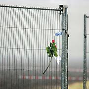 Amsterdam Schiphol Nederland 27 februari 2009 20090227 Foto: David Rozing .Rose in fence at the crashsite, expression of sympathy for the victims of the airplane crash. .Een roos met briefje, om medeleven te betuigen aan de betrokkenen en slachtoffers van de vliegramp,  in het hekwerk op de ramplokatie. .Dead, death, casualty, casualties, bergen, lijk, body, bodies, casulalty, deadly, burrying.Airplane of Turkish Airlines crashed just 1 kilomtre short of the landing strip of Schiphol Airport. The plane broke in 3 pieces The plane, with 135 passengers on board, crashed short of the runway near the A9 motorway and suffered significant damage. It was Flight 1951 from Istanbul and was a 737-800 aircraft....SCHIPHOL Langs de A9 is woensdagochtend om 10.31 uur tussen het Rotterpolderplein en Schiphol een vliegtuig van Turkish Airlines neergestort. Er zijn negen doden gevallen en vijftig passagiers raakten gewond waarvan 25 ernstig. Het vliegtuig is in drie delen uit elkaar gevallen. Het gaat om een Boeing 737 met 127 passagiers aan boord en zeven bemanningsleden. Het lijkt erop dat het passagiersvliegtuig de Polderbaan net niet heeft kunnen bereiken. Het vliegtuig is aan de andere kant van de A9 in een akker gecrasht. De oorzaak van het ongeluk is nog onbekend. ..Foto: David Rozing/