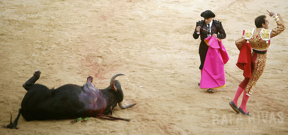 Spanish matador Salvador Cortes (R) reacts after killing his first Fuente Ymbro fighting bull with sword, during the third corrida of the San Fermin festivities, 09 July 2007, in Pamplona, northern Spain. PHOTO RAFA RIVAS