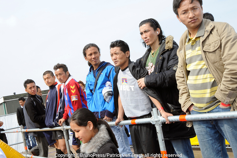 Het Ticket for Tibet festival op de NDSM-werf in Amsterdam was zondag 9500 mensen aanwezig.<br /> De organisatie wil met het festival protesteren tegen wat zij noemt de bezetting van Tibet door China. <br /> <br /> Op de foto: <br /> <br />  Tibetaanse voetbalteam