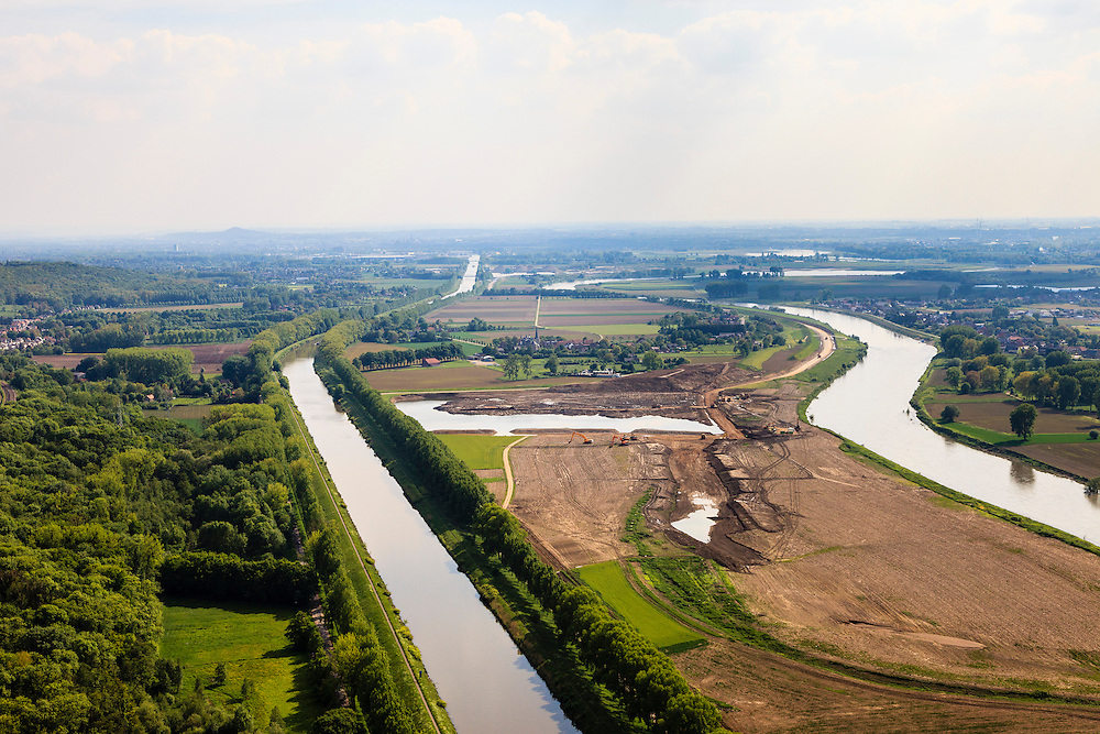 Nederland, Limburg, Geulle aan de Maas, 27-05-2013; Julianakanaal (links) en Grensmaas, onderdeel van de Maaswerken. Stroomgeulverbreding en weerdverlaging om wateroverlast en de effeten van hoog water te beperken, Consortium Grensmaas wint grint en zand, natuurontwikkeling.<br /> Meuse, part of the Maaswerken. The stream bed of the river Maas will be widened to reduce the effects of flooding and high water. Grensmaas Consortium wins gravel and sand, nature.<br /> luchtfoto (toeslag op standaardtarieven);<br /> aerial photo (additional fee required);<br /> copyright foto/photo Siebe Swart.